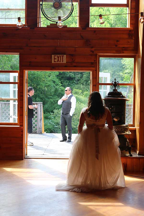 wedding-sihouette-patio-barn-wedding-venue